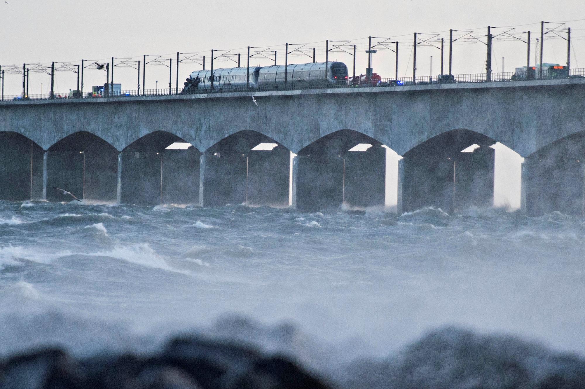 الدنمارك.. قتلى جراء حادث قطار على جسر