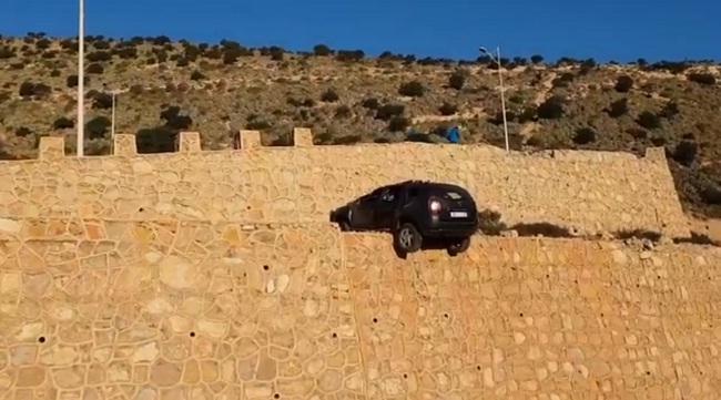 """فيديو.. حادثة غريبة في طريق """"النزول من قصبة أكادير أوفلا"""""""