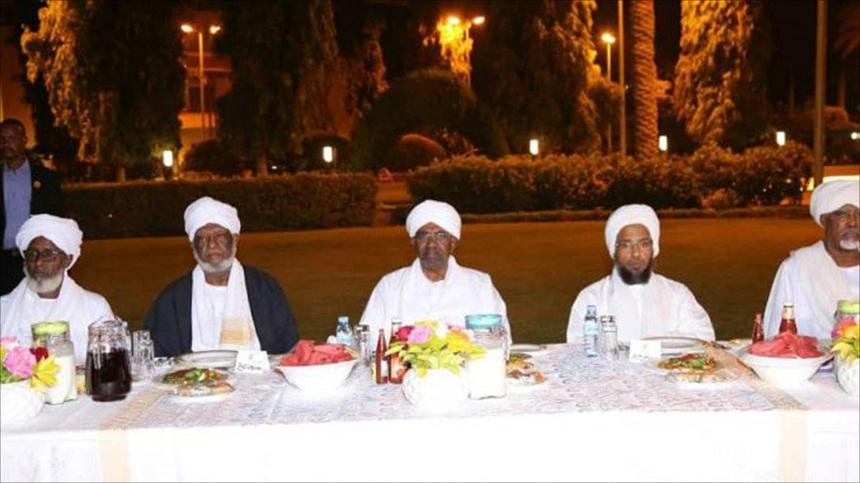 شاهد.. هذا ما قاله علماء السودان للبشير