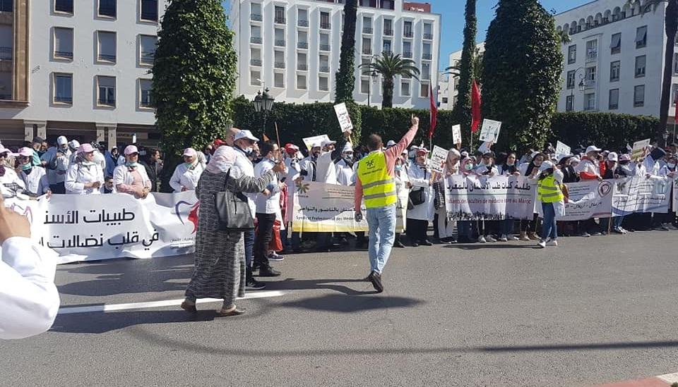 فيديو.. حوالي 5000 طبيب أسنان ينظمون مسيرة الغضب في الرباط