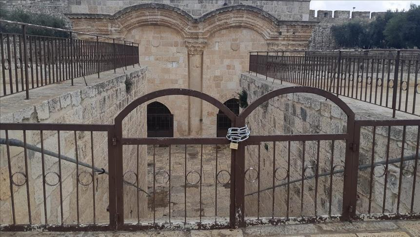 """فلسطينيون يصلون أمام """"باب الرحمة"""" بالأقصى احتجاجًا على إغلاقه"""