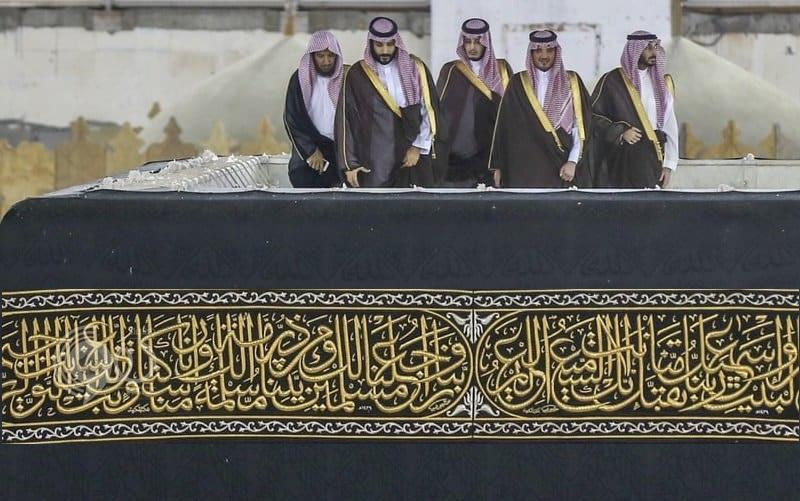 بالفيديو.. محمد بن سلمان يتجول في الحرم المكي ويصعد فوق سطح الكعبة