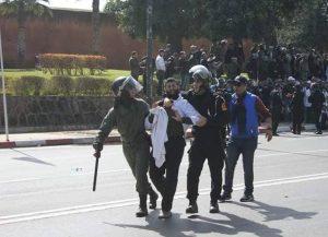 صورة.. الأستاذ المغربي ورجال الأمن!!