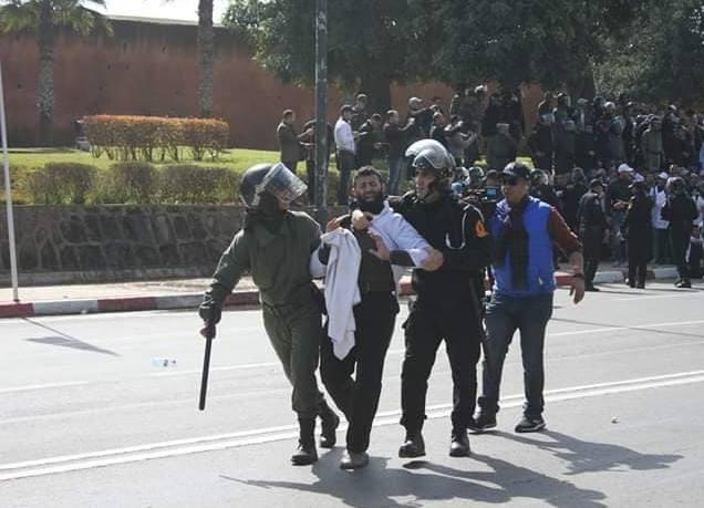 بلاغ المديرية العامة للأمن الوطني حول استعمال العنف لتفريق مسيرة الأساتذة المحتجين
