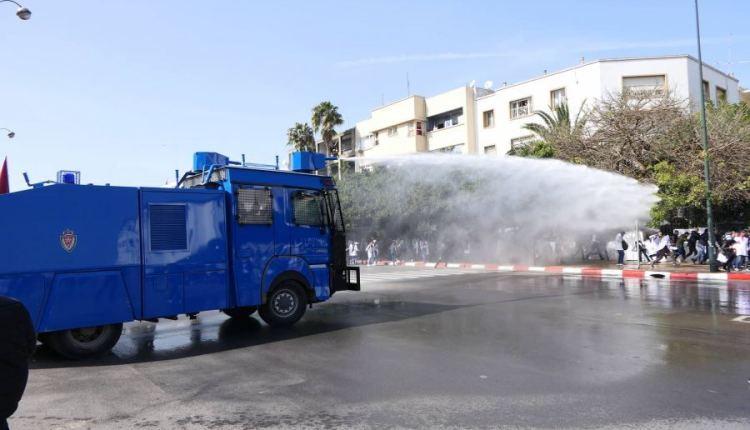 فيديو.. الأمن في الرباط يستعمل خراطيم المياه لفض مسيرة الأساتذة المتظاهرين في ذكرى 20 فبراير