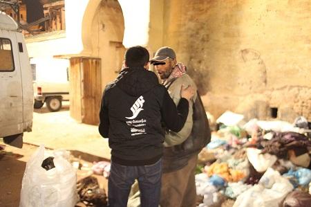 """بالصور.. """"مؤسسة يسر"""" ومشروع """"رحماء"""" لمساعدة المشردين بمدينة فاس"""