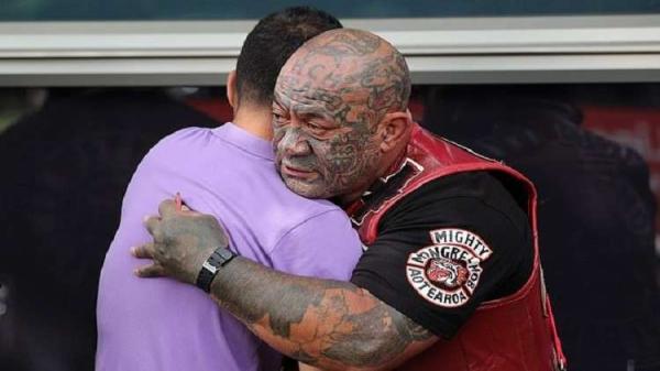 سكان نيوزيلندا الأصليين وعصابات مسلحة تعلن حمايتها للمساجد ليصلي المسلمون دون خوف