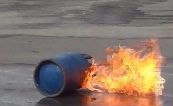 فيديو.. شاهد أسرع وأسهل طريقة لإطفاء قنينة غاز مشتعلة!!