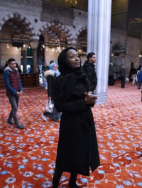 """المغنية الأميركية """"ديلا مايلز Della Miles"""" تعلن إسلامها وتتضامن مع ضحايا هجوم نيوزيلندا"""