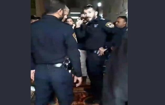 فيديو.. حراس المسجد الأقصى يمنعون عناصر شرطة الاحتلال من الدخول إلى مصلى باب الرحمة