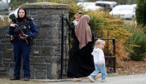 """صورة.. شرطية نيوزلندية وضعت غطاء الرأس تضامنا مع ضحايا """"هجوم المسجدين"""""""
