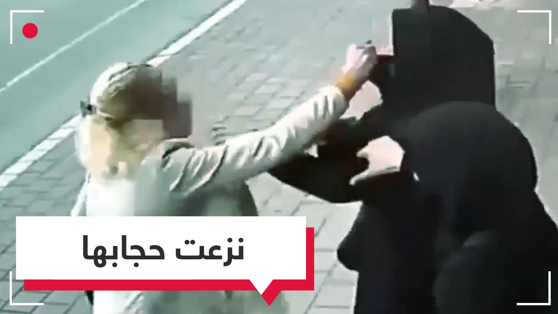 امرأة تمارس شرع اليد بنزع حجاب امرأة محجبة معبرة عن كراهية دفينة وتدخل في حرية الغير