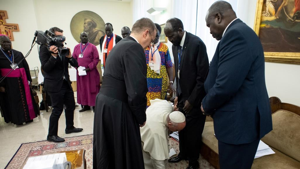 فيديو.. سبب تقبيل بابا الفاتيكان لأقدام رئيس جنوب السودان والوفد المرافق له - صابر مشهور