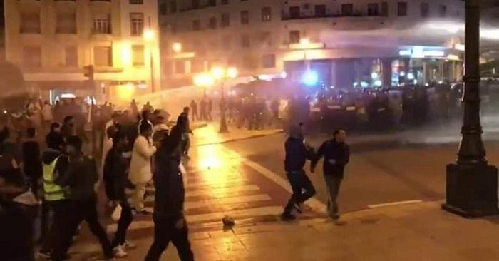 بالصور.. فض اعتصام التنسيقيات الثلاث للأساتذة من أمام البرلمان باستعمال شاحنة ضخ المياه