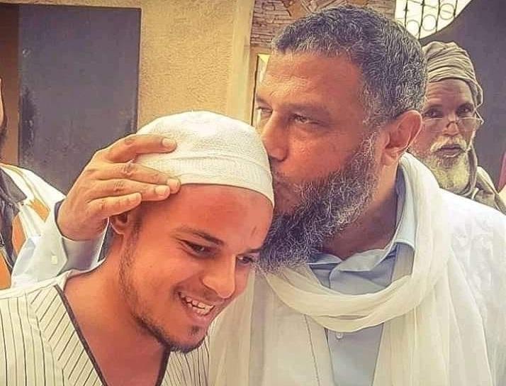 لماذا يقبل الشيخ محمد الحسن الددو رأس هذا الطالب المغربي الكفيف؟!