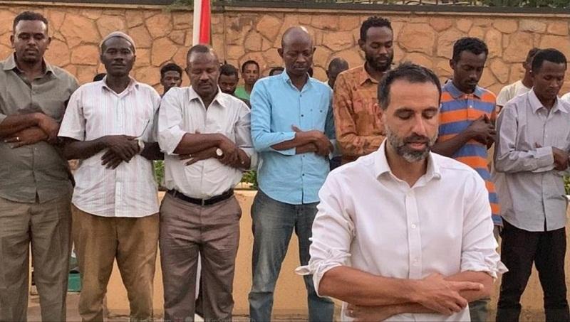 بالصور.. السفير البريطاني بالسودان يؤم المصلين ويدعو المارة للإفطار بالخرطوم