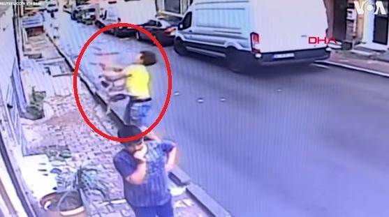 فيديو.. تدخل ناجح لشاب جزائري أنقذ رضيعة سورية سقطت من الطابق الثاني لأحد المباني بإسطنبول