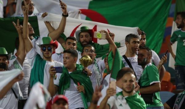 """فيديو.. الجماهير الجزائرية في نصف نهائي كأس إفريقيا بمصر يرددون على مسامع السيسي: """"فلسطين الشهداء"""""""