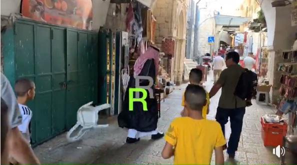 فيديو.. بعد التقاطه صورا مع مستوطنين.. فلسطينييون يطردون مطبعا سعوديا من البلدة القديمة بالقدس المحتلة