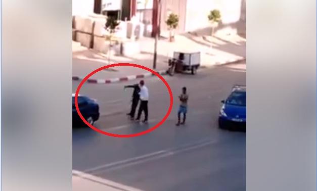 فيديو.. شاهد سكيرا يحمل سيفا وسط الطريق ويعتدي على سيارات المارة في مدينة تاوريرت