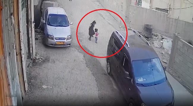 فيديو.. في اللحظة الأخيرة طفلة تنقذ طفلة صغيرة من الدهس