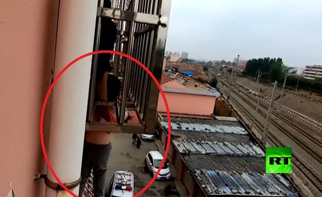 فيديو.. إنقاذ طفل علق رأسه بين قضبان شرفة حديدية وتدلى على ارتفاع 4 طوابق