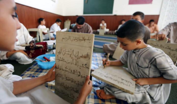 """أنباء عن إلزام وزارة الأوقاف الأئمة الذين يحفظون القرآن في المساجد بتوقيف ذلك وإفراغها من """"الطلبة المسافرية"""""""