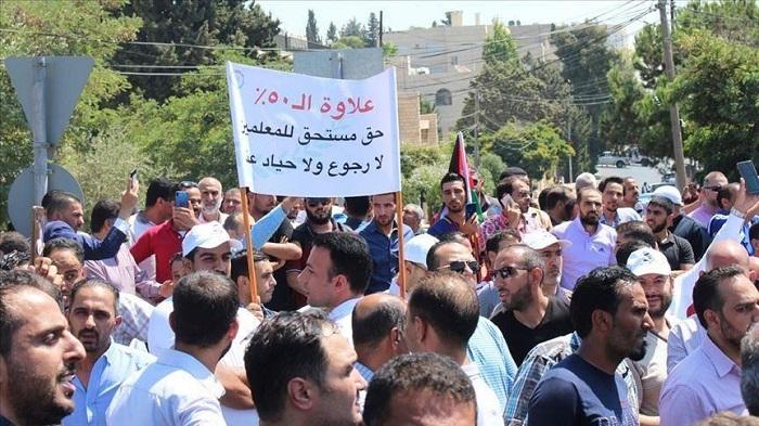 معلمو الأردن يمهلون حكومة بلادهم حتى مساء السبت لتحقيق مطالبهم