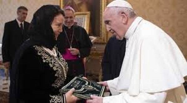 """ضربة للدبلوماسية المغربية.. الكنيسة تحجب صور السفيرة المغربية في الفاتيكان بسبب """"اللون الأبيض"""""""