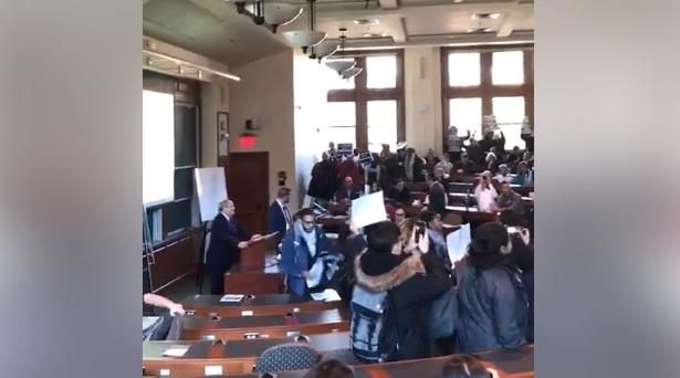 فيديو.. مقاطعة طلبة القانون بجامعة هارفرد كلمة القنصل العام الصهيوني في نيويورك داني دايون فوجد نفسه أمام مدرج فارغ