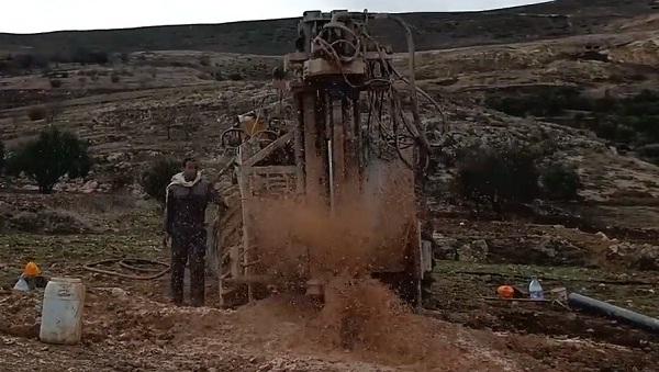 فيديو.. لحظة صعود الماء أثناء حفر بئر بجبال الأطلس واستفادة الدوار من حملة القفة الغذائية