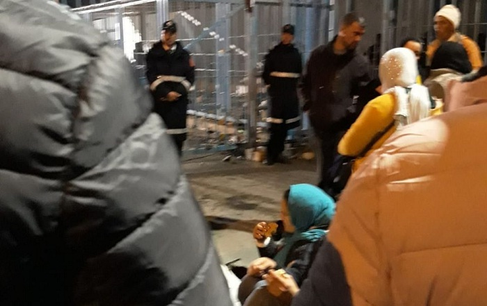 فيديو.. قضاء عدد كبير من المغاربة بينهم نساء وأطفال ليلة باردة أمام باب سبتة المغلقة