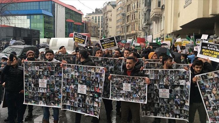 متظاهرون أمام قنصلية روسيا بإسطنبول: الشعب السوري ليس وحده