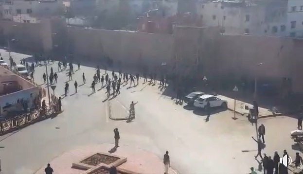 فيديو.. شغب الملاعب يحول ساحة باب سبتة بسلا إلى ميدان للتراشق بالحجارة
