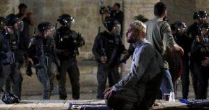 صورة.. العزة والشموخ والثبات.. صورة مقدسي يصلي رغم هجوم جنود الاحتلال الصهيوني!!