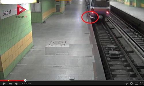 شاهد لحظة سقوط طفل من كابينة المترو بمحطة السادات بالقاهرة