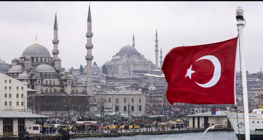 رجل مجهول يوزع الأموال على المحتاجين والفقراء في إسطنبول