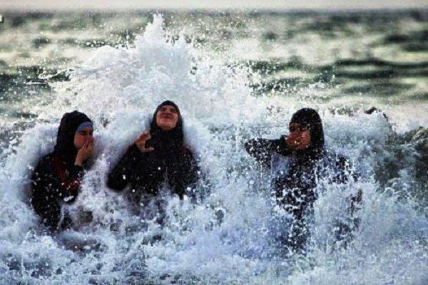 """العنصرية الفرنسية.. الشرطة تغرم مسلمات بسبب """"البوركيني"""""""