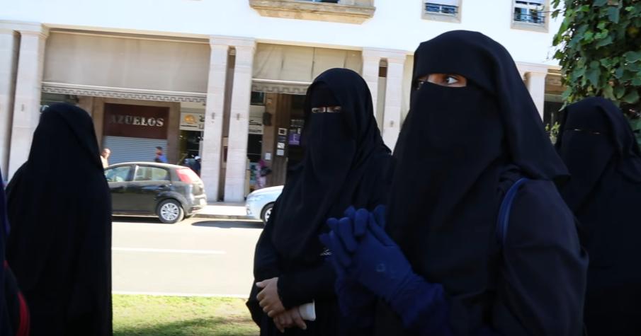 اللجنة المشتركة تنظم وقفة بالدار البيضاء تحت شعار: «نقابي من ديني وهويتي وثقافتي المغربية»