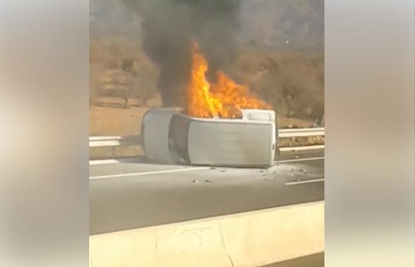 احتراق سيارة في حادثة سير خطيرة في طريق السيار أكادير مراكش.. ونجاة السائق بعد تدخل متطوعين