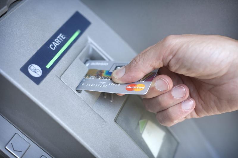 إحالة ثلاثة أشخاص على النيابة العامة المختصة لتورطهم في قرصنة بيانات البطاقات البنكية