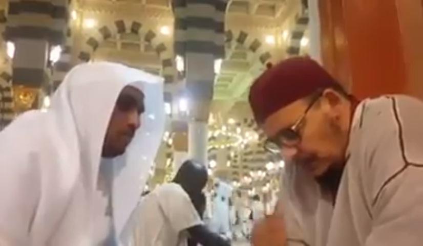 فيديو.. أحد الطلبة يرتل بين يدي الشيخ عمر القزابري بالمسجد النبوي بالمدينة المنورۃ