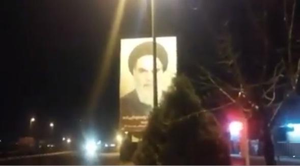 فيديو.. إسقاط لافتة صورة قائد الثورة والأب الروحي لنظام ولاية الفقيه في إيران الخميني