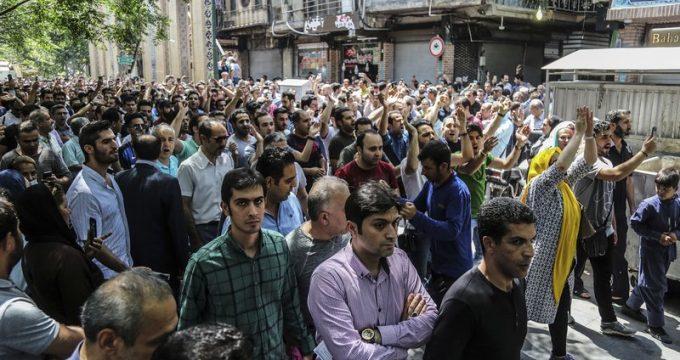 بالفيديو.. الشرطة الإيرانية تفرق محتجين بالقنابل المسيلة للدموع في طهران