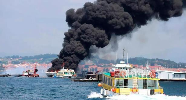 فيديو.. إنقاذ 52 سائحا بعد نشوب حريق في سفينة بشمال غرب إسبانيا