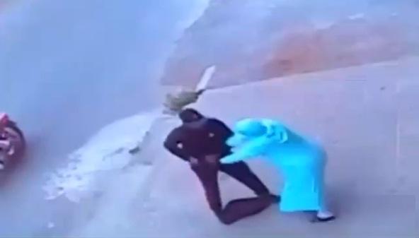 فيديو.. مجرمان يركبان دراجة نارية ينهبان حقيبة امرأة بالتهديد