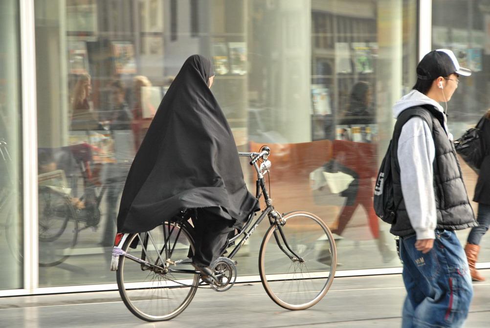 ولاية أصفهان الإيرانية تمنع النساء من قيادة الدراجات