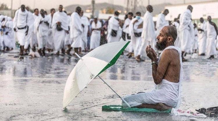 صورة.. رافع أكف الضراعة إلى المولى سبحانه والأمطار تهطل في صعيد عرفات